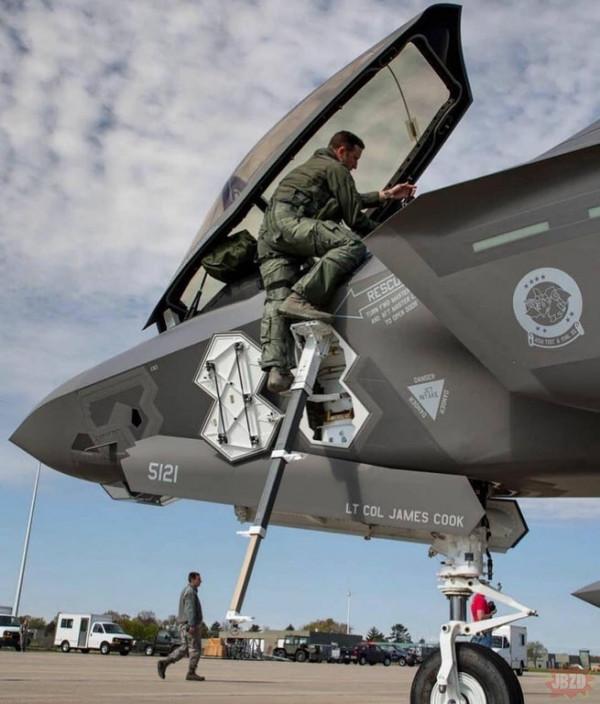 Drabina dla pilota F-35