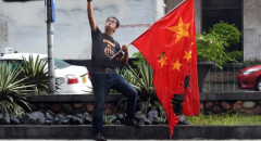 Photo of the Day: Filipino journalist gives the finger to China | Taiwan News | 2019/07/01
