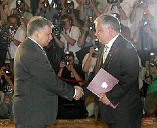 Unikalne zdjęcie prezesa gratulującego samemu sobie
